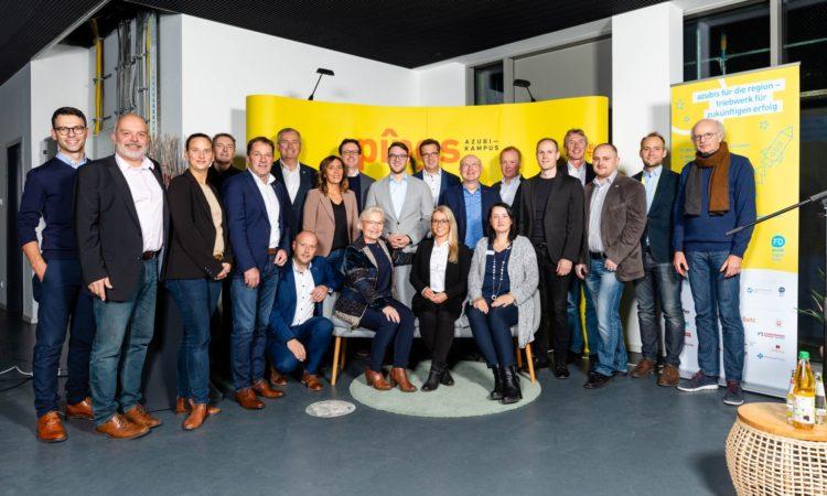 Partnerunternehmen und Organisatoren der Nachwuchskampagne Azubi-Region Fulda vereint zum Gruppenfoto. Foto: Die Bildstürmer – Salih Usta.