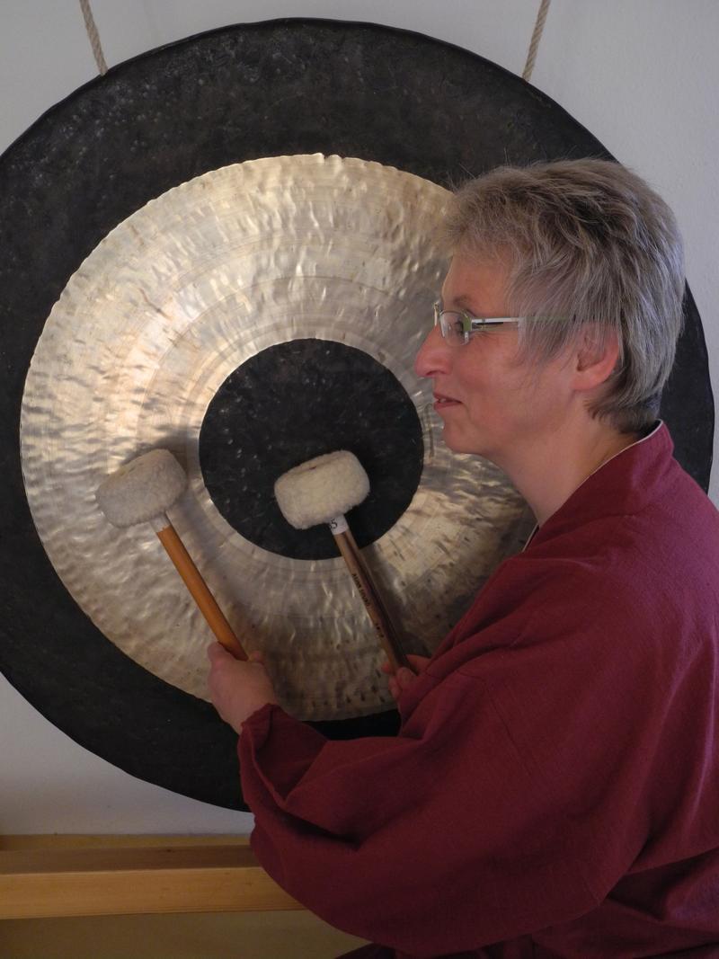 Maria Fröhlich mit ihrem Gong