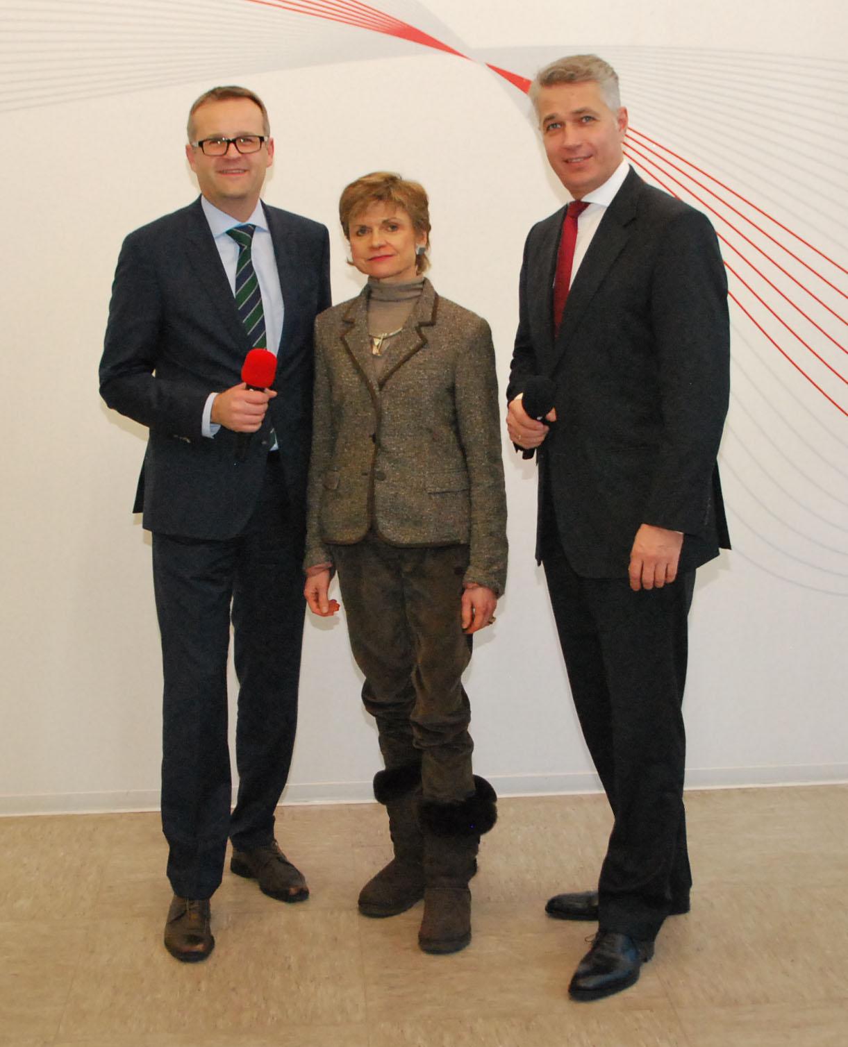 STI Group Geschäftsführer Aleksandar Stojanovic (links), Inhaberin Dr. Kristina Stabernack und Dr. Tom Giessler (rechts) standen den Mitarbeitern der STI Group beim jährlichen Jahresabschluss-Dialog Rede und Antwort.