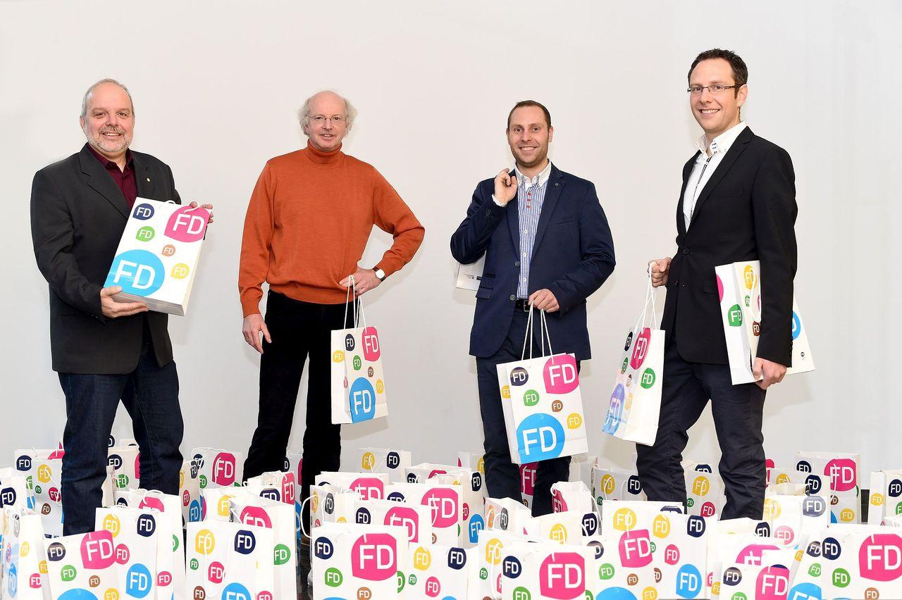 Regionalmanager Christoph Burkard (von links) und IHK-Hauptgeschäftsführer Stefan Schunck übergaben die 100 bunten FD-Papiertaschen mit den Personalpaketen an Holger und Thorsten Vogt. (Foto Marzena Traber)