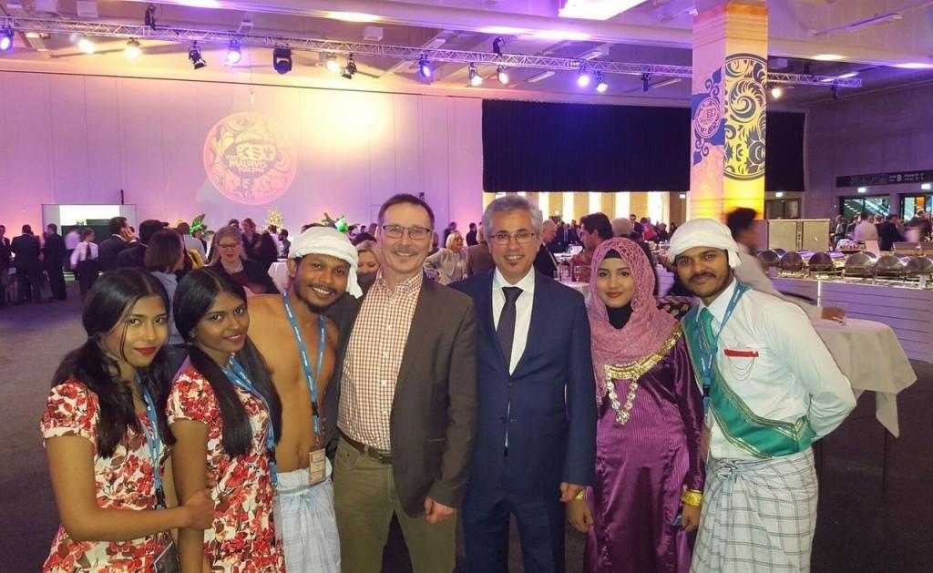 Die L.A.N.-Geschäftsführer Michael Haeuser und Esmail Akbari (Vierter und Fünfter von links) mit einer Abordnung der Malediven auf der ITB 2016