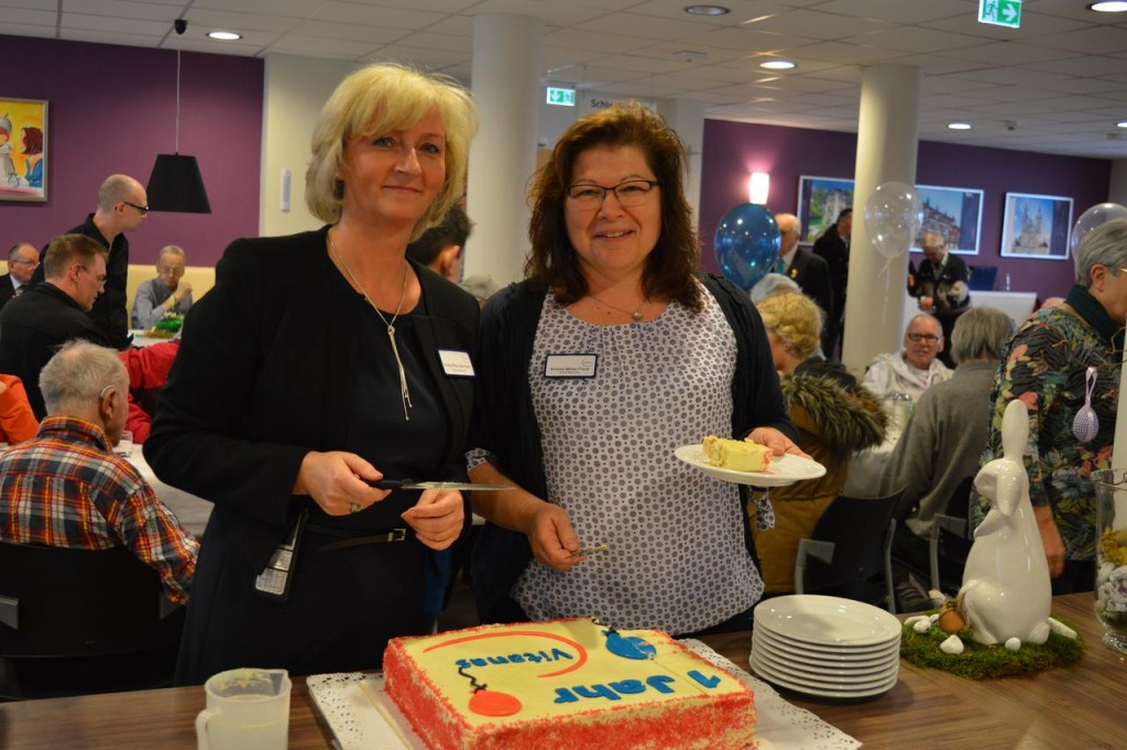 Centrumsleiterin Cindy Ritter-Birnbach und Andrea Möller-Fleck (Soziale Betreuung) schneiden die Jubiläumstorte an.