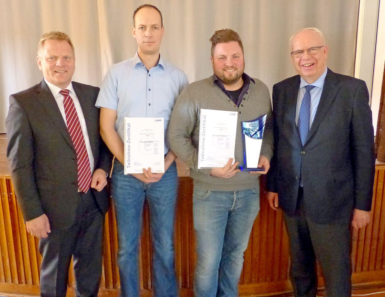 Durch den Verbesserungsvorschlag von Thomas Götte (zweiter von links) und Christian Schiek (dritter von links) konnten 25.000 Euro eingespart werden. Für diese Leistung wurden sie von Personalleiter Ralf Metschief (links) und JUMO-Geschäftsführer Bernhard Juchheim (rechts) ausgezeichnet.