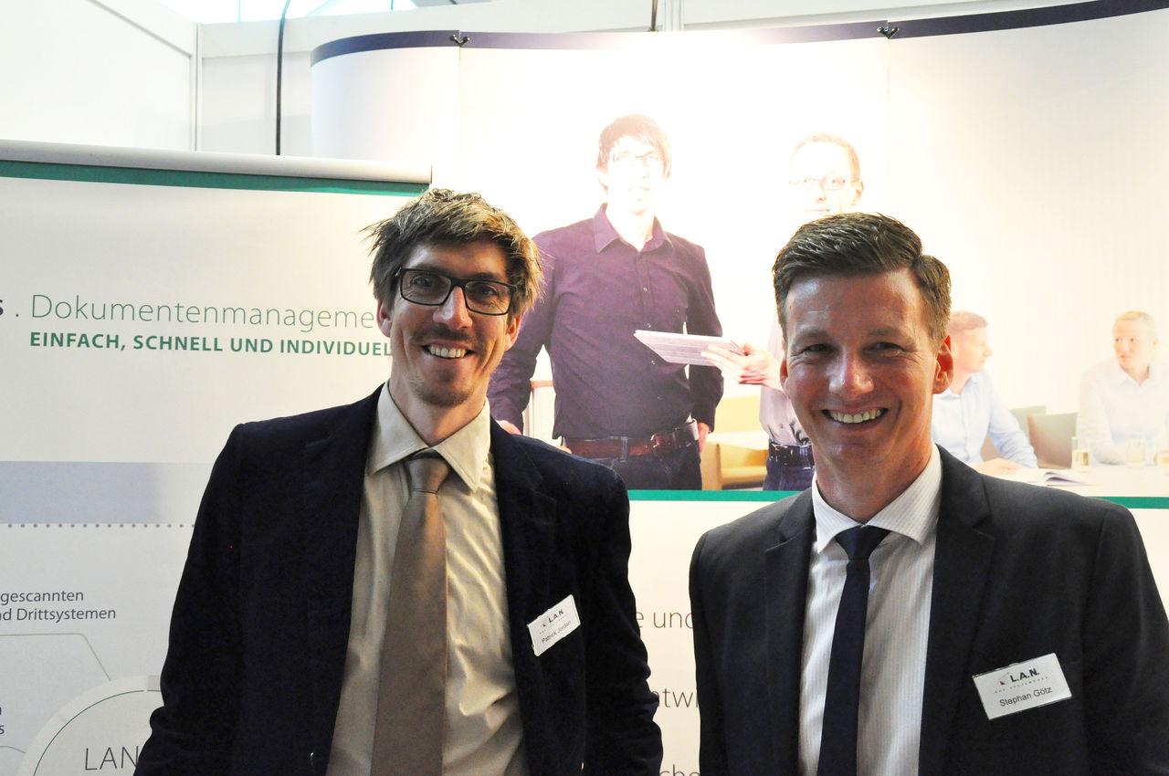 Stephan Götz (rechts) und Patrick Jordan (links) beraten bei der fibit ´16 Interessierte zu kaufmännischer Software für Mittelständler