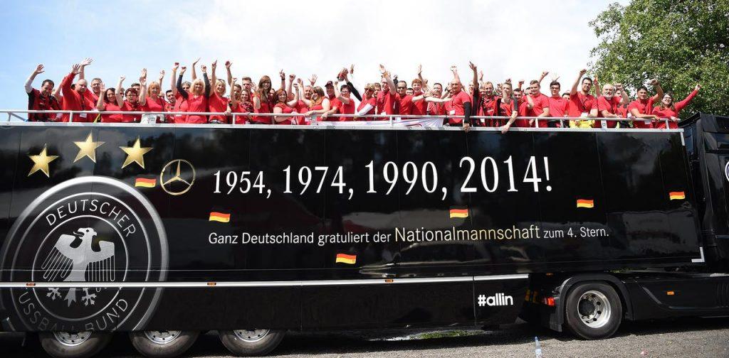 Das Team der John Spedition auf dem Original WM-Truck 2014 (Foto: Valentin Böhm)