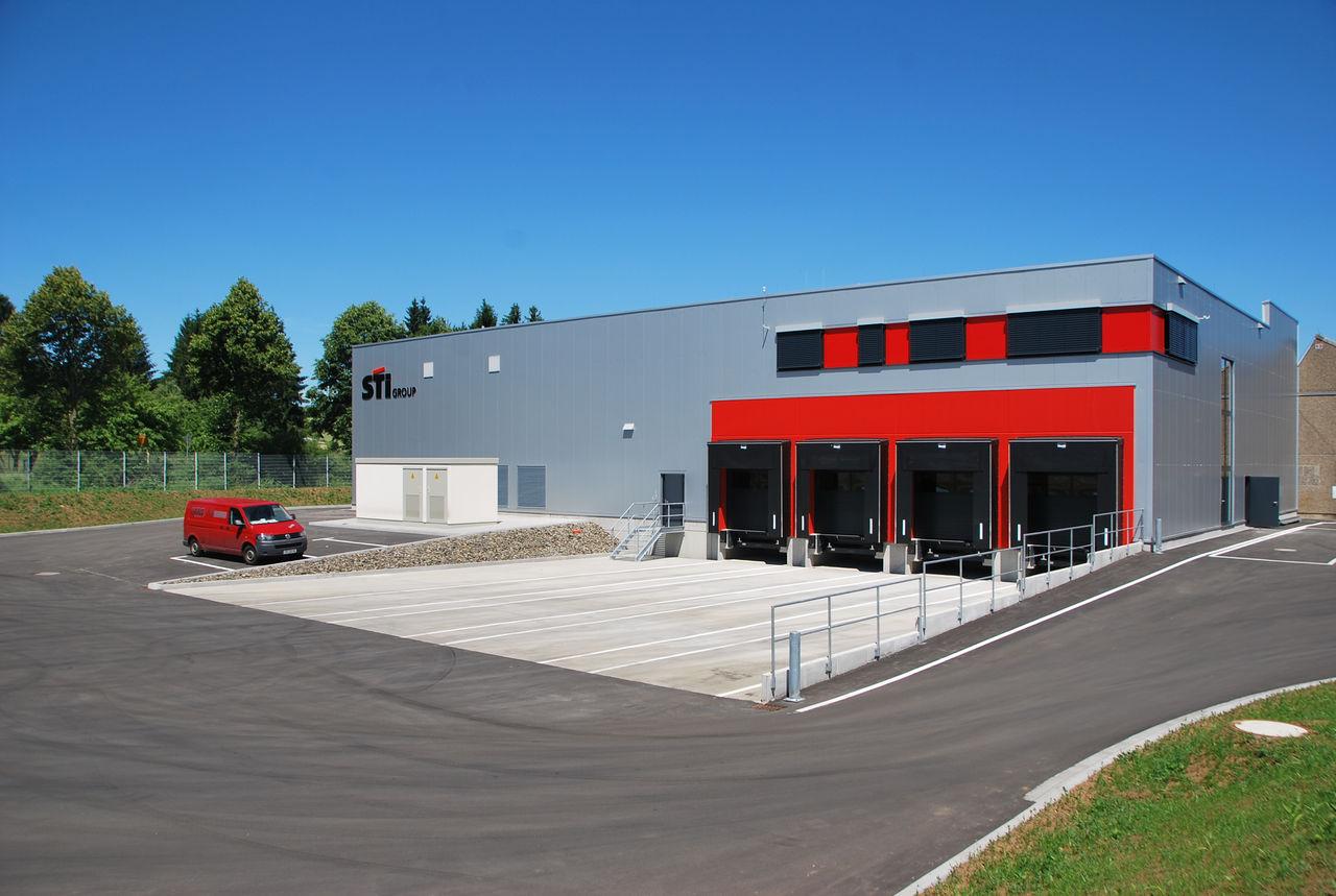 Die neue Logistikhalle mit vier Laderampen und Platz für bis zu 3.000 Paletten Rohmaterial.