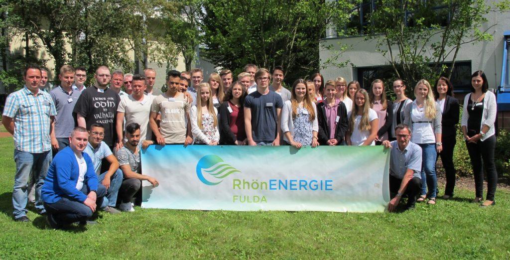 Wurden an ihrem ersten Ausbildungstag bei der RhönEnergie Fulda-Gruppe mit einem Einführungsprogramm empfangen: 30 junge Menschen – mit auf dem Bild sind auch die Ausbilder für die jeweiligen Bereiche. Foto: RhönEnergie Fulda