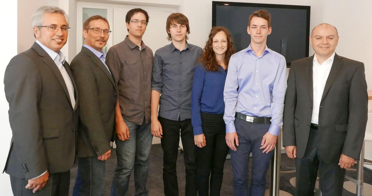 Die Geschäftsführer Esmail Akbari (Erster von links), Michael Haeuser (Zweiter von links) und Oualid Nouri (Erster von rechts) mit den Azubis Jonas Hilberg, Lukas Müller, Eva Werner und Johann Czarkowski (von links)