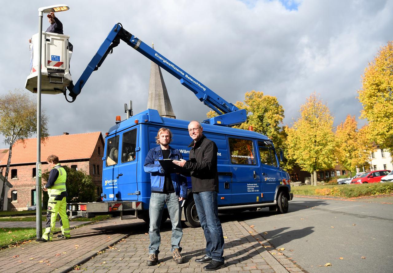 Zufriedene Beteiligte: Rasdorf hat seine Straßenbeleuchtung mit der RhönEnergie Fulda umfassend erneuert. Im Vordergrund: Bürgermeister Jürgen Hahn (r.) und Techniker Michael Kottusch. (Foto: RhönEnergie Fulda / Marzena Seidel)