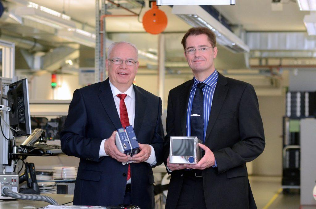 Bernhard (links) und Michael (rechts) Juchheim mit moderner Mess- und Regeltechnik, die JUMO zu den innovativsten Mittelständlern Deutschlands macht.