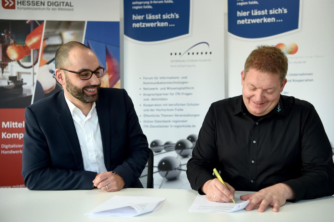Christian Marth (links) und Michael Frohnapfel bei der Unterzeichnung der Kooperationsvereinbarung