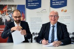 Christian Marth (links) und Bernhard Juchheim bei der Unterzeichnung der Kooperationsvereinbarung.