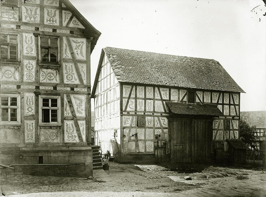 Wohnhaus und Scheune mit Kratzputz in Ebsdorf, Foto etwa 1869 von  Ludwig Bickell
