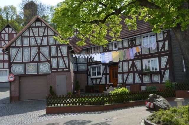 Gestaltete Putze in Dautphetal-Holzhausen mit floralen Motiven, Ausführung 20. Jahrhundert, Fotoaufnahme 2014