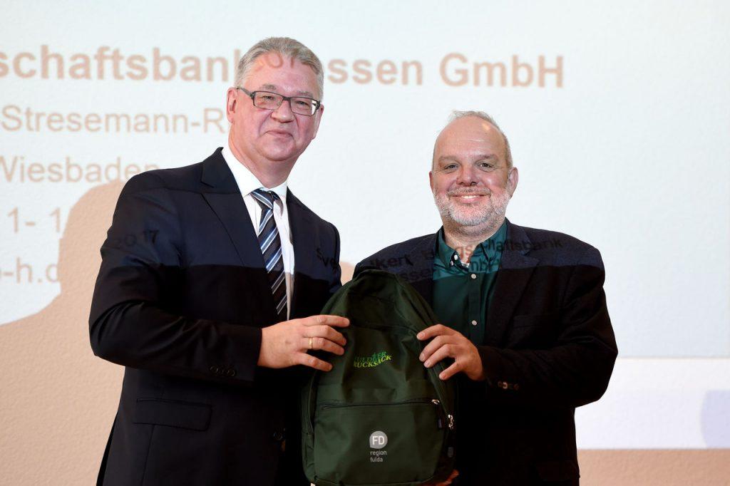2.Sven Volkert (links) nahm einen gut gefüllten Fuldaer Rucksack aus den Händen von Christoph Burkard mit nach Wiesbaden. Foto: Marzena Seidel
