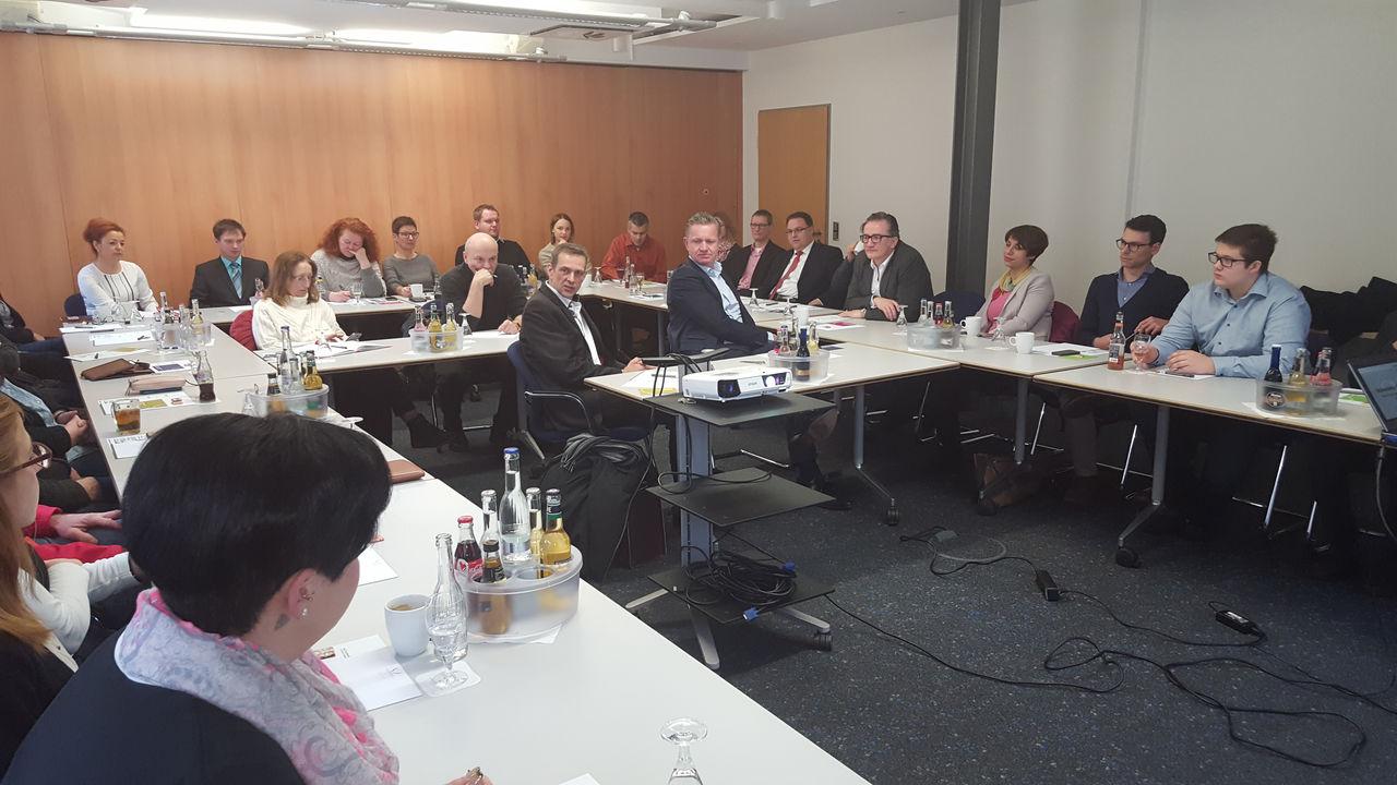 Vollbesetzter Konferenzraum im ITZ-Fulda