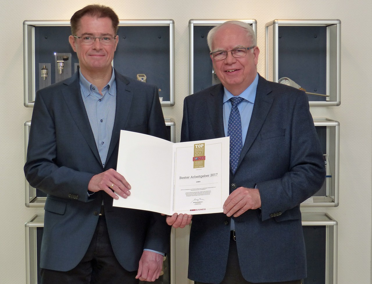 """Michael (links) und Bernhard (rechts) Juchheim mit der FOCUS-Urkunde """"Bester Arbeitgeber 2017""""."""