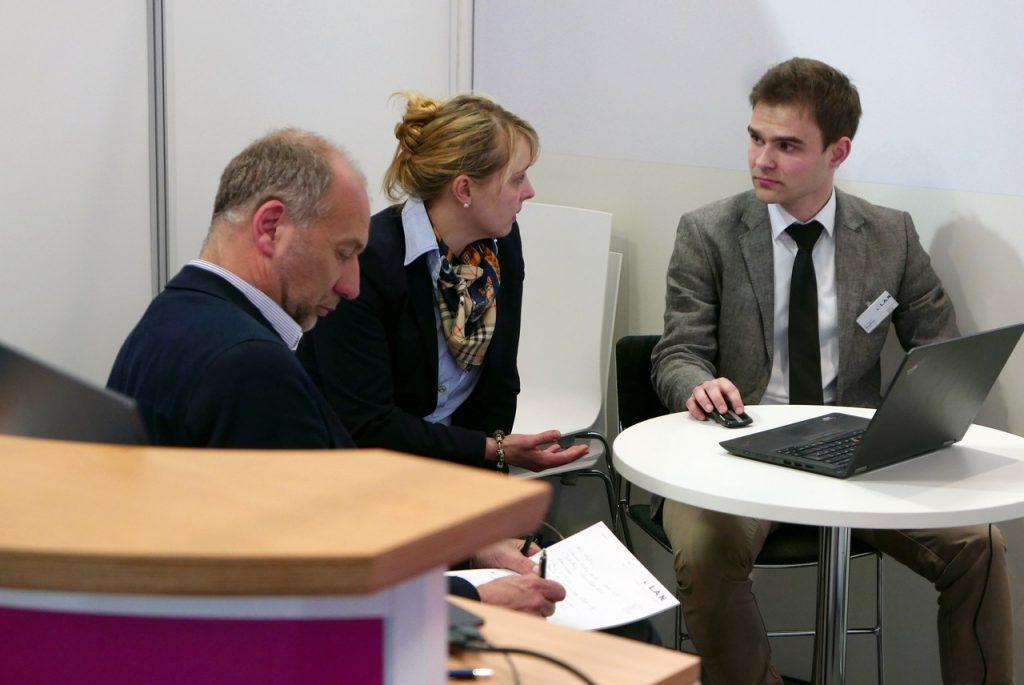 Fachinformatiker Daniel Meister (rechts) im Messe-Gespräch