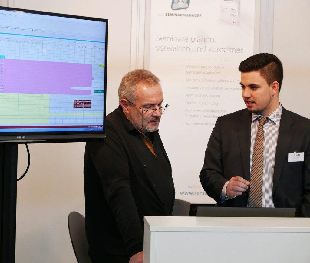 Der Vertriebsmitarbeiter Kian Akbari im Gespräch mit einem Interessenten