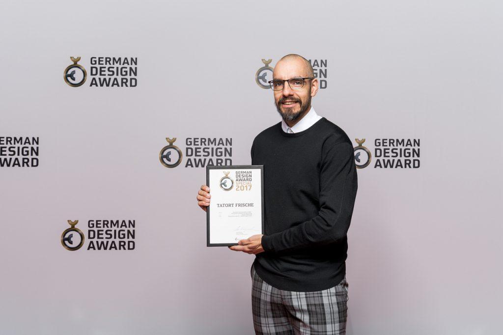 Harald Fritsch, Agenturinhaber, mit dem begehrten Preis