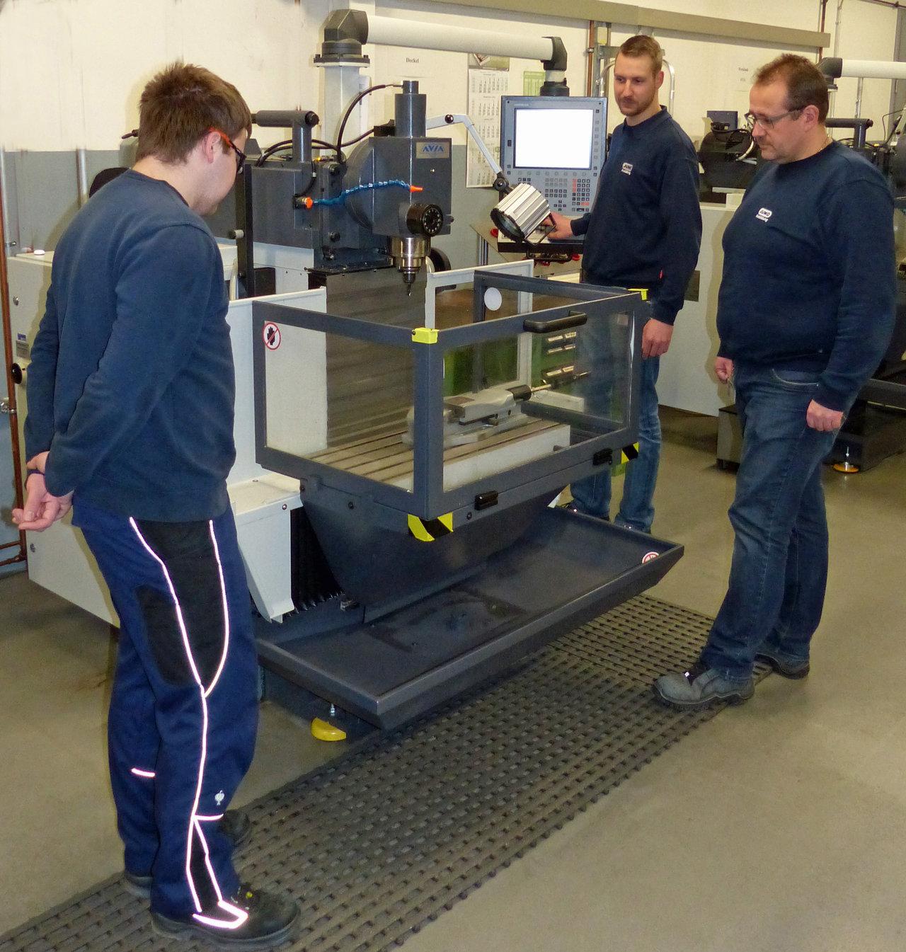 ie Ausbilder Sebastian Krenzer (Mitte) und Frank Decher (Rechts) erläutern dem Auszubildenden Simon Grohmann (links) die Bedienung einer der beiden neuen Fräsmaschinen.