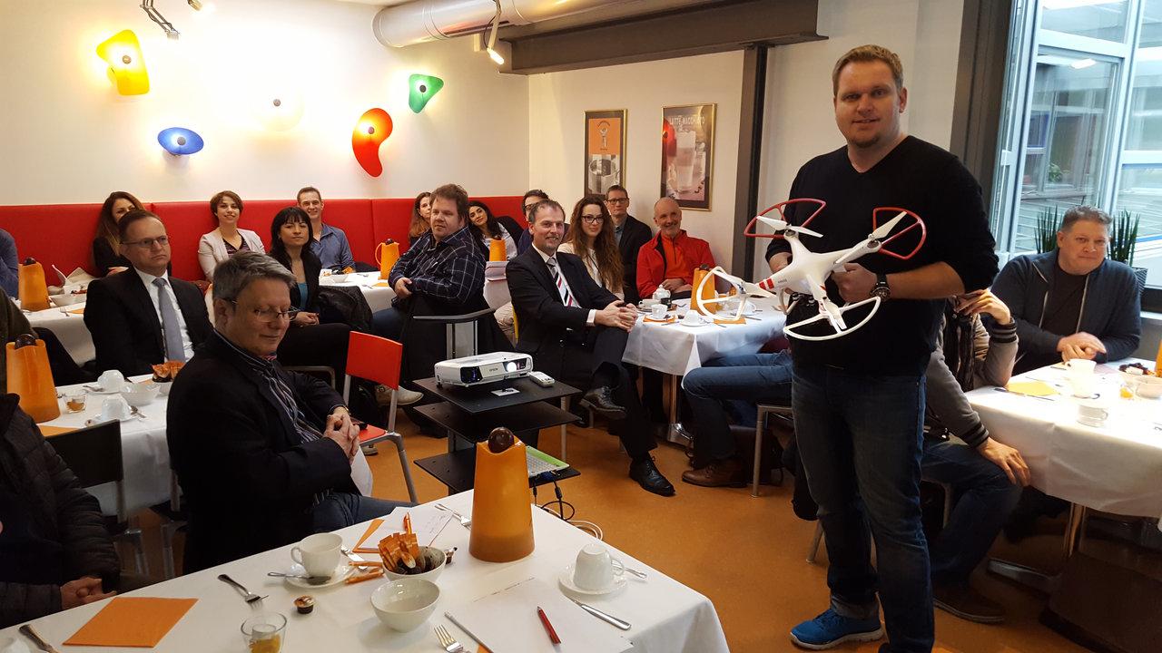 Carsten Kubiak mit einer seiner Drohnen – Foto: Christoph Burkard