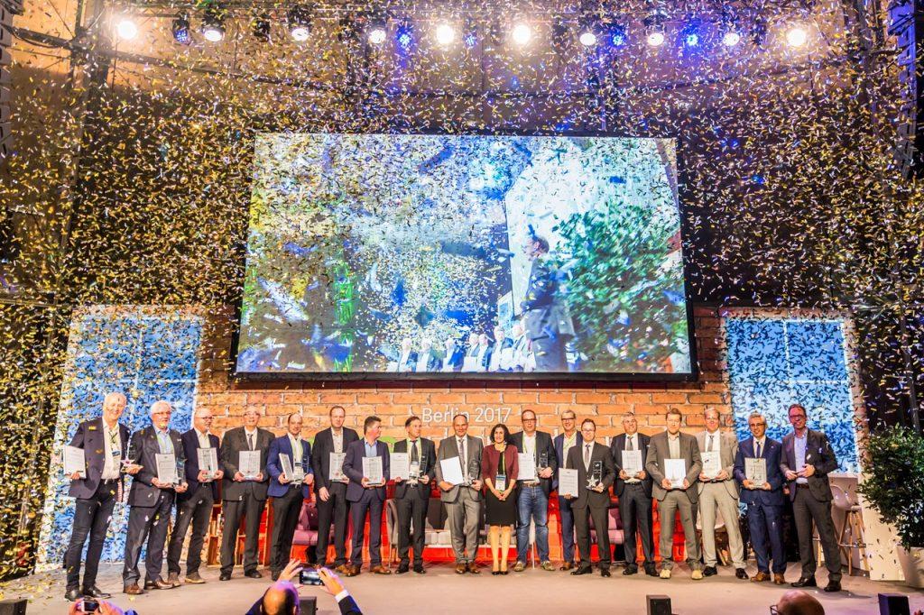 Esmail Akbari (Zweiter von rechts), der bei L.A.N. die kaufmännischen Software-Lösungen verantwortet, durfte den Award unter einem gewaltigen Flitter-Regen im Empfang nehmen.