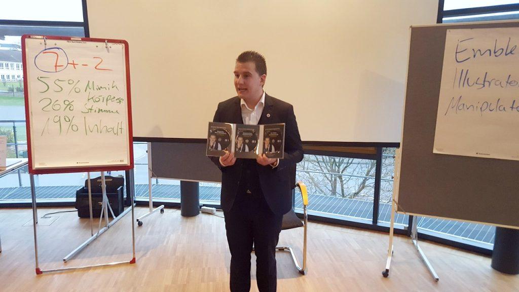 Christian Morgenweck begeisterte in der VR-Bank-NordRhön mit seinem Vortrag zur Körpersprache. Foto: privat