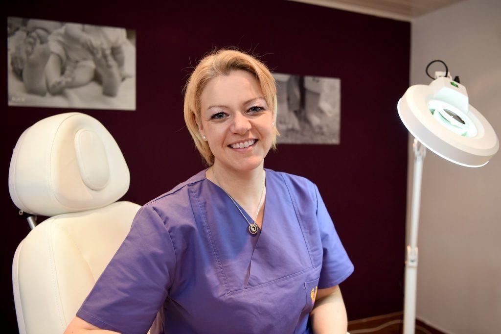 Kerstin Wieloch in ihrem Studio für Fußpflege und Kosmetik in Petersberg