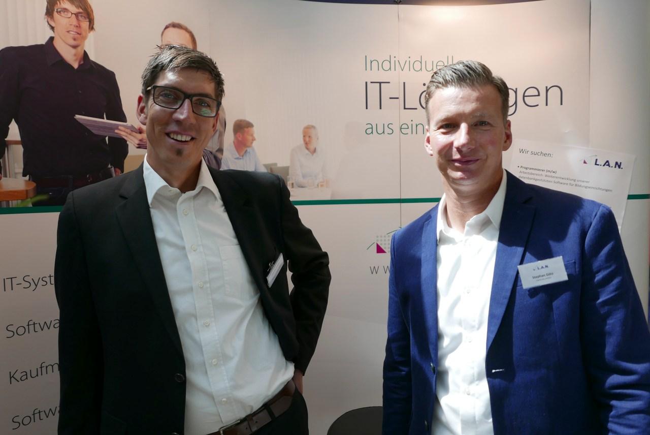 Patrick Jordan (links) und Stephan Götz (rechts) beraten bei der fibit Interessierte zu kaufmännischer Software für Mittelständler