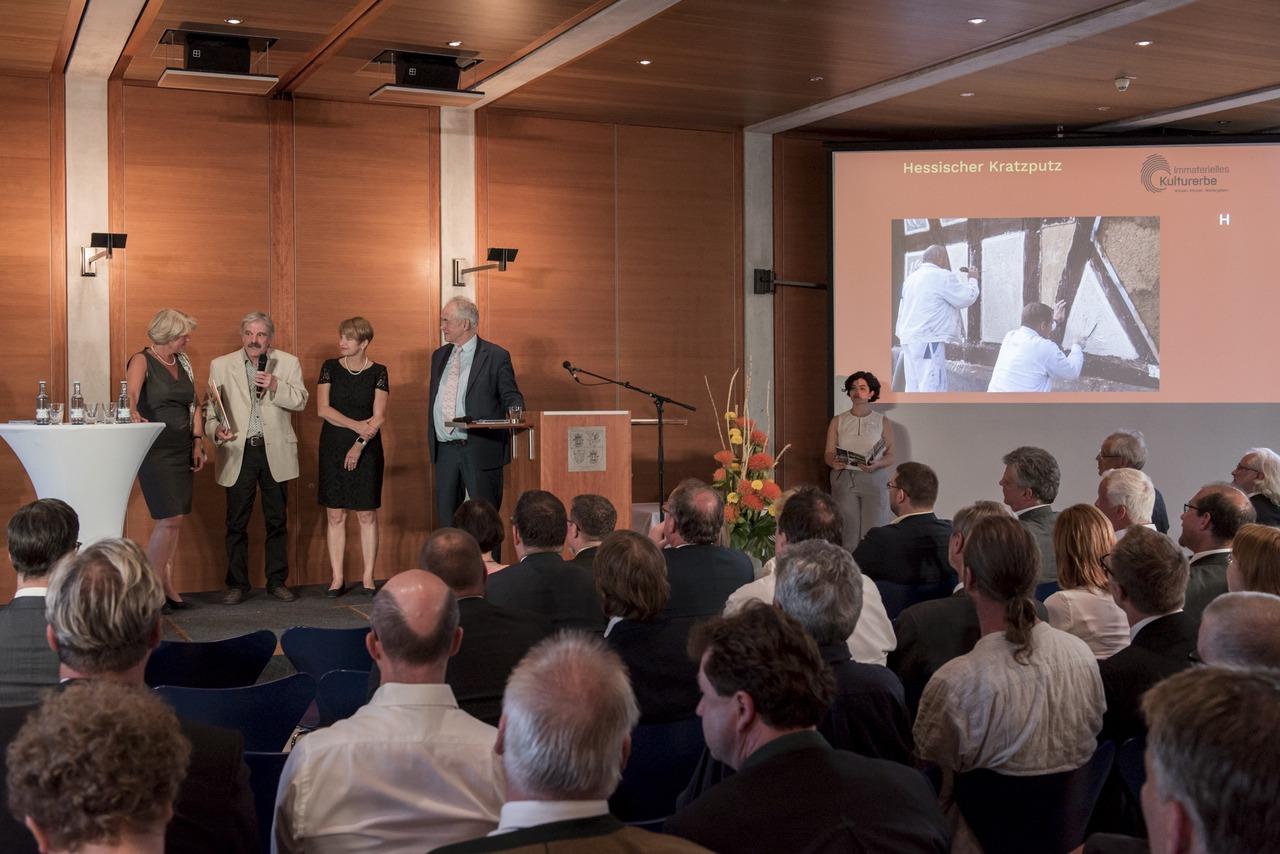 Bei der Urkundenverleihung von links nach rechts: Staatsministerin Prof. Monika Grütters, Tischlermeister Rainer Scherb, Kultusministerin Dr. Martina Münch, Prof. Christoph Wulf