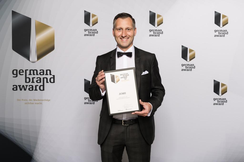 """Für konsequente Markenführung und nachhaltige Markenkommunikation wurde JUMO mit einem """"German Brand Award"""" ausgezeichnet, der von Marketingleiter Michael Diegelmann in Empfang genommen wurde."""