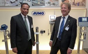 Der indische Vizekonsul Shri T. G. Ramesh (links) wurde bei einem Besuch in Fulda vom JUMO Business Development Manager Peer Hohage (rechts) über das Unternehmen und seine Produkte informiert.