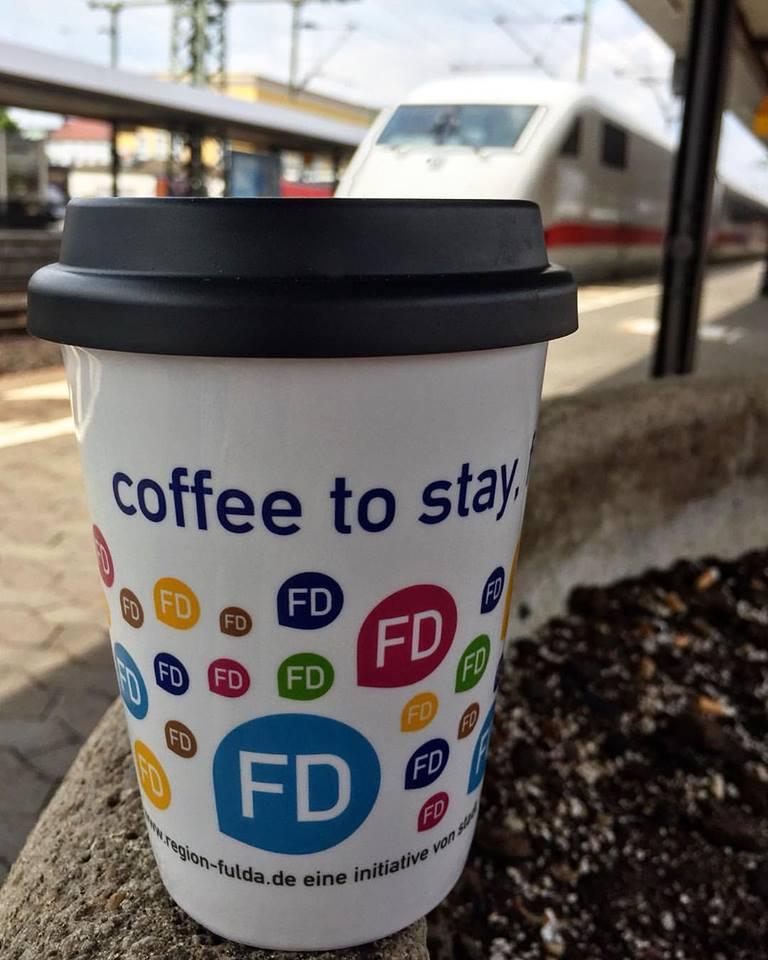 Der Keramikbecher mit den bunten FD-Logos erfreut sich großer Beliebtheit (Foto: Region Fulda GmbH)