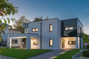 Das Musterhaus San Diego verdankt seine strahlende Anziehungskraft einer exakten und klar gegliederten Bauart in Verbindung mit hochwertigen und gezielt eingesetzten Fassadenapplikationen