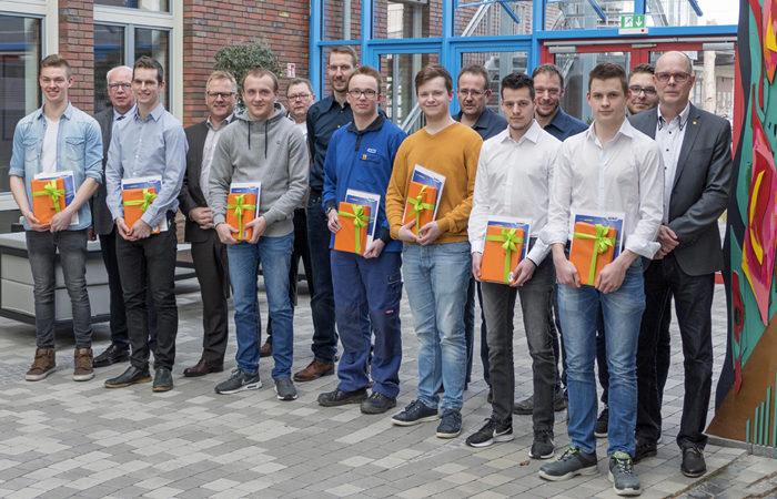 Die sieben erfolgreichen JUMO-Azubis zusammen mit der Geschäfts- und Personalleitung, dem Betriebsratsvorsitzenden und den Ausbildern.