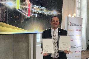 Geschäftsführer Dirk Wolschke mit den Auszeichnungen