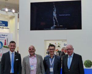 Zu Besuch auf dem Stand von JUMO. (von links) Marketingleiter Michael Diegelmann, Christoph Burkard, Christian Vey und Geschäftsführer Bernhard Juchheim.