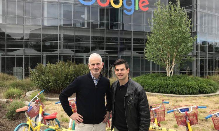 Martin Rensch und Sohn Daniel vor dem Google-Hauptsitz im Silicon Valley