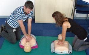 Eine Herzdruckmassage kann Leben retten. Beim JUMO-Gesundheitstag konnte an Testpuppen die richtige Technik erlernt werden.