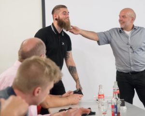 """Beim 9. Innovationsabend stellte Nils Wiegand (links) sein Label """"Seemanstod"""", zu dem auch Bartöle gehören, vor."""
