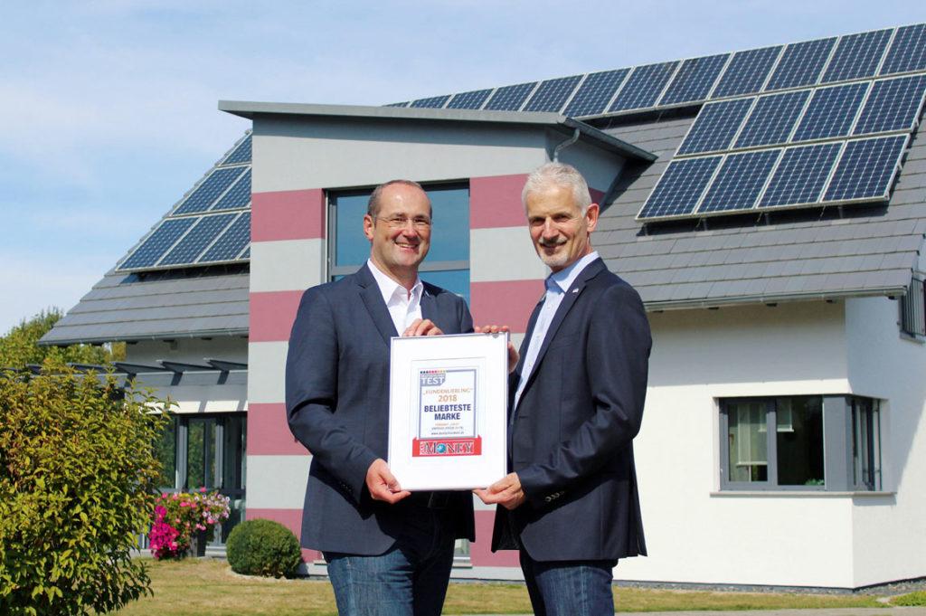 Die Geschäftsführer Dirk Wolschke und Martin Rensch (rechts) nehmen die Auszeichnung entgegen