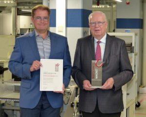 """Die geschäftsführenden JUMO-Gesellschafter Bernhard (rechts) und Michael Juchheim (links) mit der Auszeichnung """"Wirtschaftsmagnet""""."""