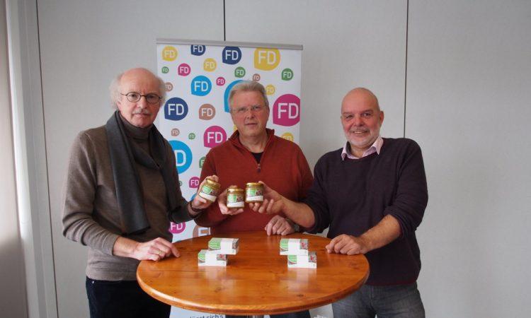 (von links) IHK-Hauptgeschäftsführer Stefan Schunck, Ewald Gerk und Regionalmanager Christoph Burkard mit den Premieren FD-Honig-Gläsern.