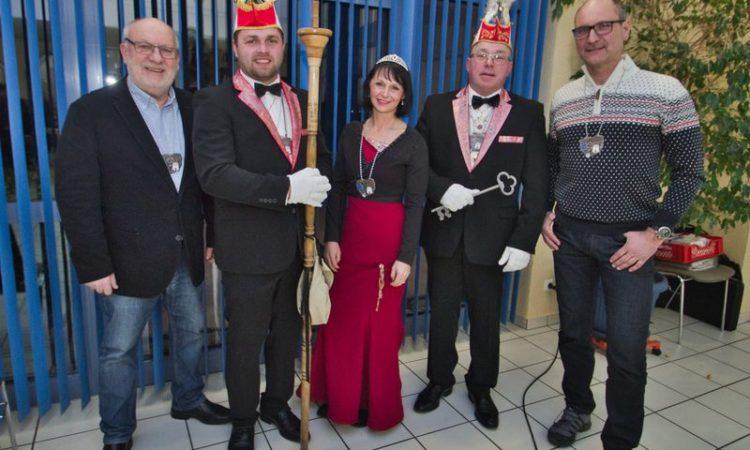 Unser Bild zeigt die Glücksfee Prinzessin Martina XLI. mit (von links) Geschäftsführer Klaus-Dieter Eckstein, Zeremonienmeister Johannes Vilmar, Minister Gottfried Schaub und Vorsitzender Eugen Domhöfer.