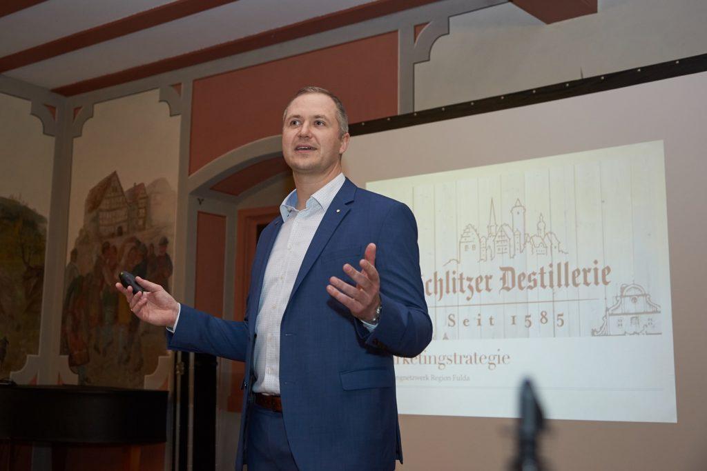 2.Tobias Wiedelbach, Geschäftsführer der Schlitzer Korn- und Edelobstbrennerei, stellte die Marketingleitlinien seines Unternehmens vor