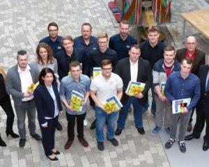 Die zehn erfolgreichen JUMO-Azubis zusammen mit der Geschäfts- und Personalleitung und den Ausbildern.