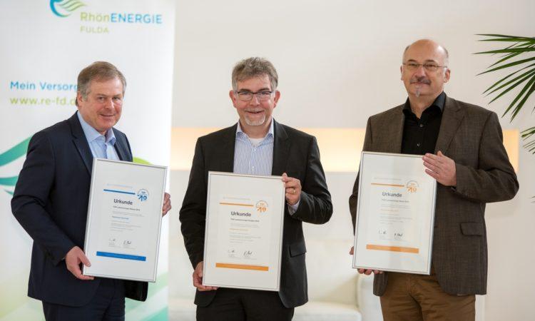 Freuen sich über die erneute Auszeichnung für die RhönEnergie Fulda in deren regionalen Versorgungsgebiet: (v. l.) Klaus Moll (Vertriebsleiter), Martin Heun (Sprecher der Geschäftsführung) und Christoph Hau (Abteilungsleiter Privatkundenvertrieb). Foto: RhönEnergie Fulda / Burkhard Beintken