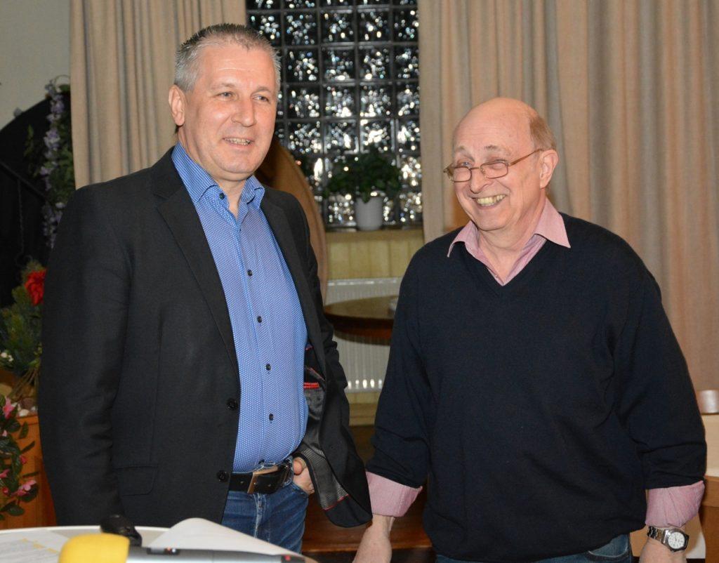 Guntram Ziepel dankt dem scheidenden Vorsitzenden Johannes Lange für seine wertvolle Arbeit für die BI-Fuldatal e. V.