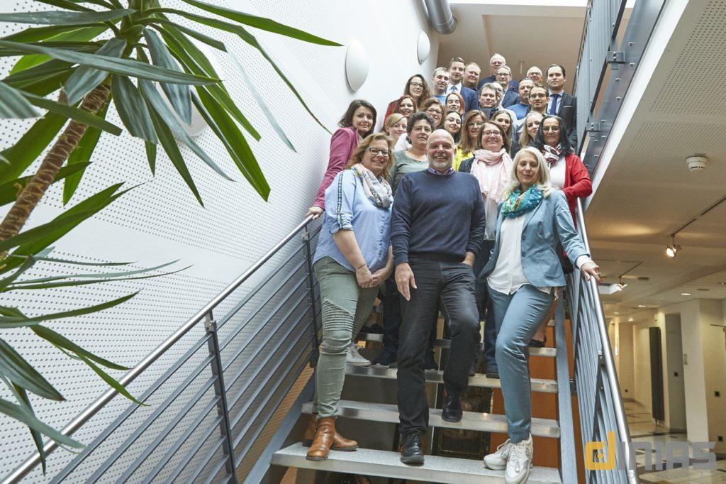 1.Gruppenfoto auf der Treppe: RockWerk Fulda e.V rockte das Gründerfrühstück im ITZ.